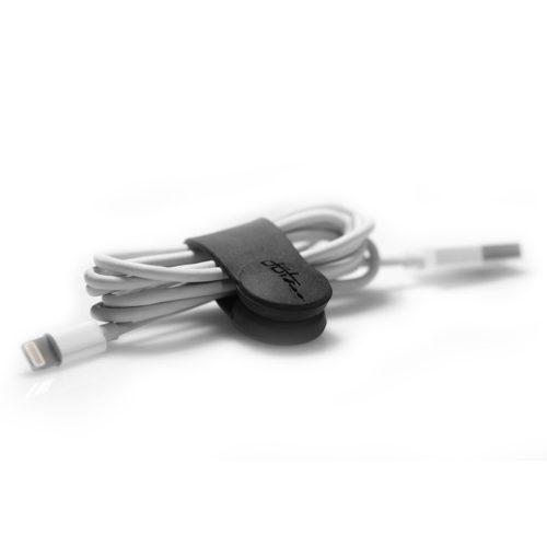 Met de Dotz magnetische Flex strap zwart bevestig en bundel je snoertjes van bijvoorbeeld oordopjes, laders etc. De flex strap is eenvoudig aan het snoer vast te maken.